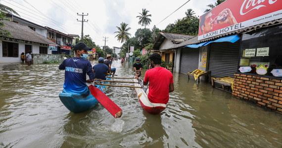 Co najmniej sześć osób poniosło śmierć, a pięć zaginęło wskutek powodzi i zejścia lawin błotnych wywołanych ulewnymi deszczami na Sri Lance. Ponad 5 tys. ludzi straciło dach nad głową - poinformowały w sobotę lankijskie władze.