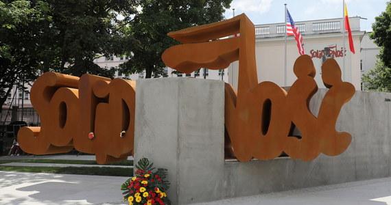 """W piątek w Warszawie odsłonięto pomnik Solidarności w 32. rocznicę wyborów w 1989 roku. Uroczystość nie spodobała się szefowi NSZZ """"Solidarność"""" Piotrowi Dudzie, który powiedział, że związek nie wyraził zgody na użycie logo, więc pomnik jest bezprawny. Warszawski ratusz przekonuje, że to nie jest """"wyłączne logo"""", ale symbol walki o wolny kraj."""