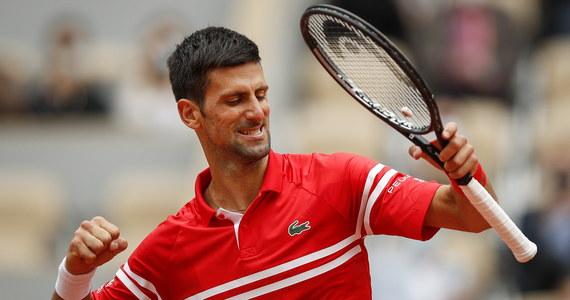 Lider światowego rankingu tenisistów Novak Djokovic po raz 12. z rzędu awansował do czwartej rundy wielkoszlemowego French Open w Paryżu. W sobotę Serb pokonał Liwtina Ricardasa Berankisa 6:1, 6:4, 6:1. Jego kolejnym rywalem będzie Włoch Lorenzo Musetti.