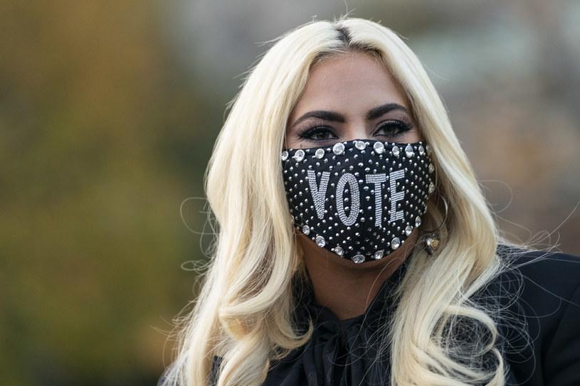 """Słynna piosenkarka nawiązała współpracę z domem mody Versace i stworzyła limitowaną kolekcję ubrań. Celem projektu jest uczczenie 10. rocznicy wydania albumu artystki """"Born This Way"""", a zarazem uhonorowanie trwającego Miesiąca Dumy i wsparcie społeczności LGBTQ+. Część przychodów ze sprzedaży zaprojektowanej przez Gagę odzieży trafi na konto jej fundacji, której misją jest szerzenie tolerancji i niesienie pomocy młodzieży dyskryminowanej ze względu na orientację seksualną, kolor skóry czy pochodzenie."""