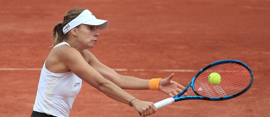 """Magda Linette przegrała z rozstawioną z """"25"""" Tunezyjką Ons Jabeur 6:3, 0:6, 1:6 w trzeciej rundzie turnieju French Open. Polka musi jeszcze poczekać na pierwszy w karierze awans do 1/8 finału w wielkoszlemowej rywalizacji."""