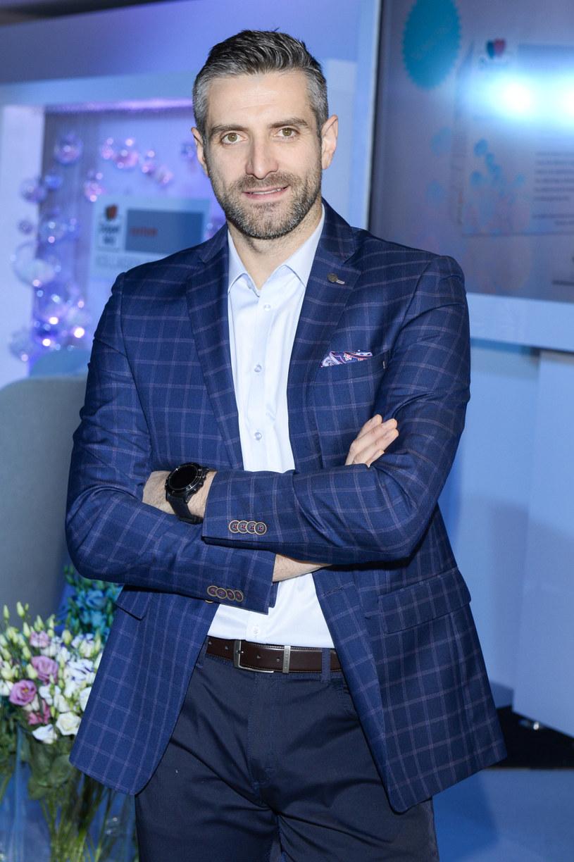 Po tym, jak Maciej Dowbor zażartował ze słynnego już fragmentu wywiadu z prezydentem Andrzejem Dudą, na dziennikarza wylała się fala hejtu. Atak nie dotyczył samego prezentera, ale także jego rodziny.