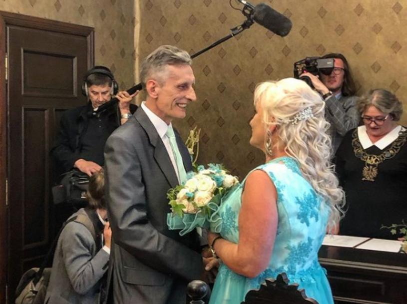 """Adam Siewierski, bohater drugiej edycji """"Sanatorium miłości"""", ożenił się! Wybranką jego serca została pięć lat młodsza Marta, która napisała do seniora na Facebooku."""