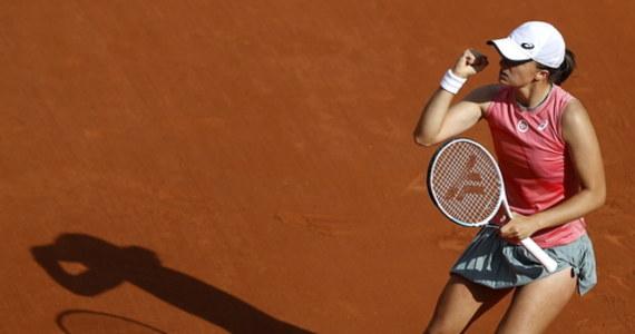 """Iga Świątek dotychczas jako zawodowa tenisistka zwykle mierzyła się ze starszymi rywalkami, ale w 1/8 finału French Open zagra z młodszą o rok Ukrainką Martą Kostiuk. """"Nie jest to częsta dla mnie sytuacja, ale trzeba się do tego przyzwyczaić"""" - zaznaczyła 20-letnia obrończyni tytułu."""