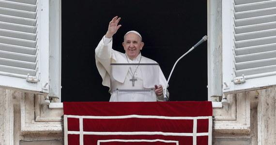 Papież Franciszek oświadczył w niedzielę, że z bólem śledzi doniesienia z Kanady, gdzie znaleziono szczątki 215 dzieci na terenie b. szkoły dla rdzennej ludności. Zaapelował do władz i Kościoła w Kanadzie o wyjaśnienie sprawy, która, jak dodał, wywołała traumę.