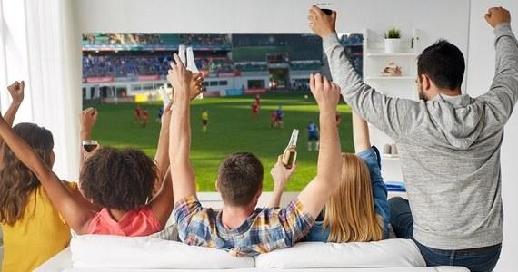 Duże wydarzenia sportowe to okres bardzo ważny dla kibiców na całym świecie. Wszyscy chcą kibicować swoim reprezentantom i trzymają kciuki za ich zwycięstwo. Żeby cieszyć się z rozgrywek możliwie jak najbardziej, potrzebny jest telewizor gwarantujący jak najlepszą jakość obrazu. W Media Expert przygotowano ofertę modeli idealnych dla fanów futbolu!