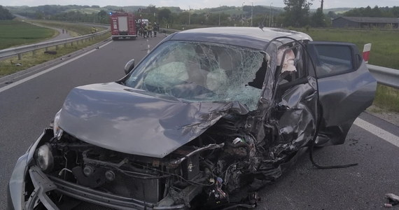 W trakcie długiego weekendu od środy do niedzieli policjanci w całym kraju odnotowali 384 wypadki drogowe, w których zginęło 38 osób, a ranne zostały 422 osoby - poinformował kom. Robert Opas z Biura Ruchu Drogowego Komendy Głównej Policji.