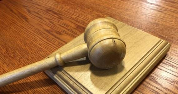 Pierwszy z dwóch mężczyzn podejrzewanych o zabójstwo dwóch osób w Stryszowie w grudniu ub.r. i podpalenie domu, usłyszał prokuratorskie zarzuty. Został też aresztowany przez sąd – dowiedziała się w poniedziałek PAP w prokuraturze.