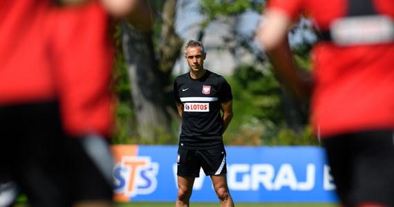 Na dzień przed towarzyskim meczem reprezentacji Polski z Islandią selekcjoner Paulo Sousa zapewnił, że wszyscy jego piłkarze są fizycznie gotowi do gry. Dla biało-czerwonych będzie to ostatni sprawdzian przed rozpoczynającym się za cztery dni Euro 2020. Portugalski szkoleniowiec przyznał również, że wciąż ma kilka wątpliwości dot. pierwszego składu naszej drużyny na mistrzostwa.