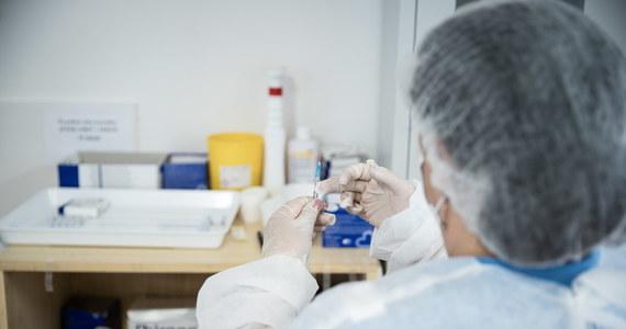 Firma Moderna złożyła wniosek do Europejskiej Agencji Leków (EMA) o rozszerzenie wskazań stosowania szczepionki przeciw Covid-19 u młodzieży w wieku 12-18 lat - podał prezes Urzędu Rejestracji Produktów Leczniczych, Wyrobów Medycznych i Produktów Biobójczych Grzegorz Cessak.