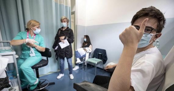 W poniedziałek, w pierwszym dniu rejestracji na szczepienie przeciw Covid-19 nastolatków od 12 do 15 lat, zapisano 103 tys. osób z tej grupy wiekowej. E-skierowania wystawiono dla 1,7 mln młodych Polaków.