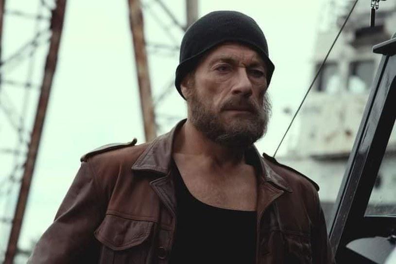 """Kto wysyła faks z kodem sprzed 25 lat? Ten, kogo po raz ostatni widziano właśnie 25 lat temu. Legenda. Najsłynniejszy najemnik świata. Wyborowy kierowca, pilot i strzelec. Nieuchwytny. Jego kryptonim: Mgła! Po takim wprowadzeniu postaci granej Jeana-Claude'a van Damme'a w zwiastunie filmu """"Ostatni najemnik"""", nie pozostaje już nic innego jak tylko czekać na premierę filmu zaplanowaną na Netfliksie na 30 lipca."""