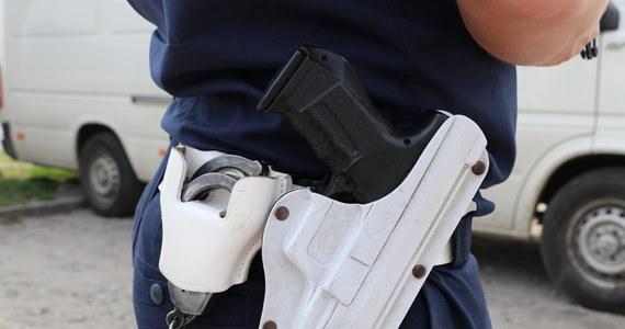 Krakowski policjant stracił broń służbową podczas akcji przeciwko złodziejom katalizatorów na Śląsku. Pistolet z szesnastoma nabojami udało się odzyskać podczas policyjnej blokady drogi koło Olkusza - dowiedział się dziennikarz RMF FM Krzysztof Zasada.