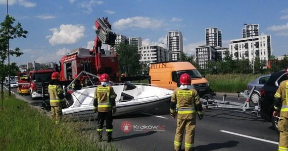 Nietypowa kolizja w Krakowie. Na ulicy Stella-Sawickiego z przyczepy na jezdnię zsunęła się... łódź. Zablokowane zostały dwa pasy jezdni.