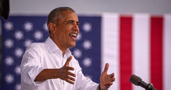 """Barack Obama udzielił głośnego wywiadu dla stacji CNN, w którym skomentował kondycję demokracji na świecie. """"Kiedy spojrzymy co się stało w miejscach takich jak Węgry czy Polska, które oczywiście nie miały takich samych demokratycznych tradycji, jak my (USA) i gdzie te tradycje nie były tak głęboko zakorzenione, ale jeszcze 10 lat temu były funkcjonującymi demokracjami, teraz w gruncie rzeczy stały się państwami autorytarnymi"""" - przyznał były prezydent USA. Te słowa oburzyły m.in. premiera Mateusza Morawieckiego. Szef rządu zaprosił amerykańskiego polityka do Polski."""