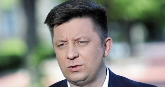 Hakerzy włamali się na prywatną skrzynkę mailową szefa Kancelarii Prezesa Rady Ministrów Michała Dworczyka oraz jego żony. Minister wydał oświadczenie, w którym zapewnia, że nie doszło do wycieku tajnych informacji. Nie wyjaśnił jednak, czy pojawiające się w Telegramie dokumenty - rzekomo pochodzące z jego skrzynki - są autentyczne.