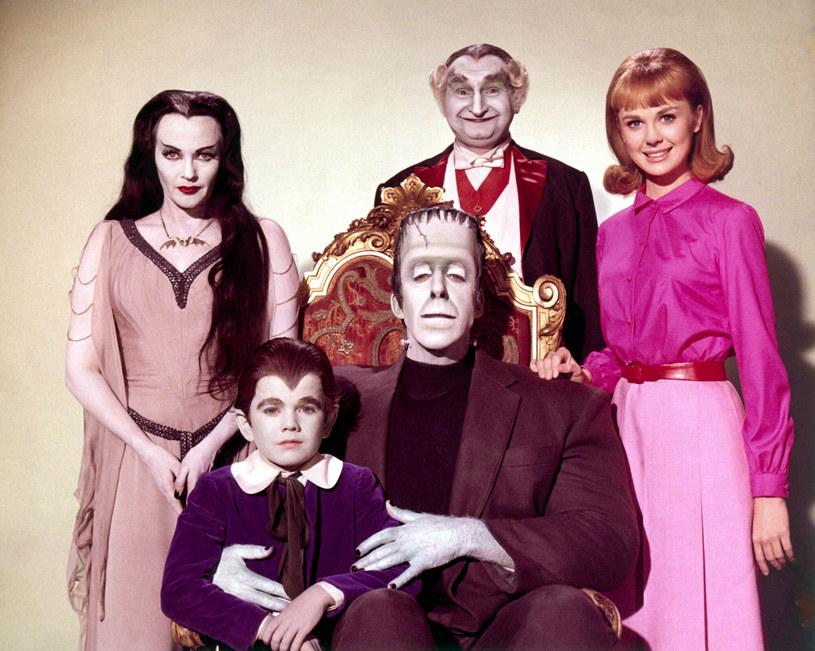 """""""The Munsters"""" to popularny amerykański sitcom nadawany na antenie stacji CBS w latach 1964-1966. Jego bohaterami była rodzina sympatycznych potworów, które do złudzenia przypominały bohaterów nadawanej w tym samym czasie """"Rodziny Addamsów"""". Nieco już zapomniany serial przeniesie teraz na duży ekran Rob Zombie. Poinformował o tym na Instagramie sam reżyser."""