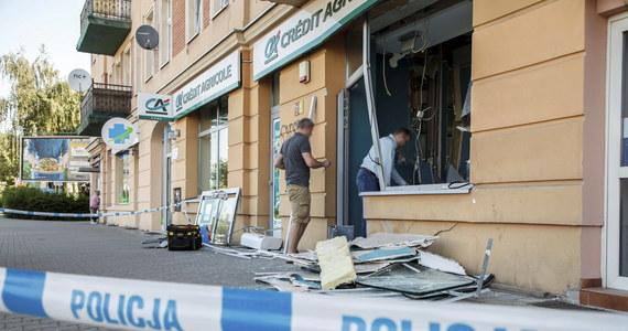 W nocy nieznani sprawcy wysadzili bankomat znajdujący się wewnątrz banku przy ulicy Żmigrodzkiej we Wrocławiu. Wszystko wskazuje na to, że była to nieudana próba kradzieży pieniędzy. Trwają poszukiwania sprawców.