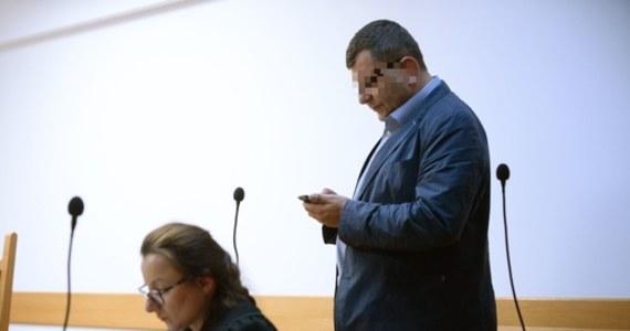 Zbigniew S. usłyszał w środę w Prokuraturze Regionalnej w Warszawie zarzuty. Chodzi o oszustwo z 2011 r., w wyniku którego miał wyłudzić od zadłużonego małżeństwa nieruchomości warte około 5,5 mln złotych. Zbigniew S. nie przyznał się do winy i odmówił składania wyjaśnień.