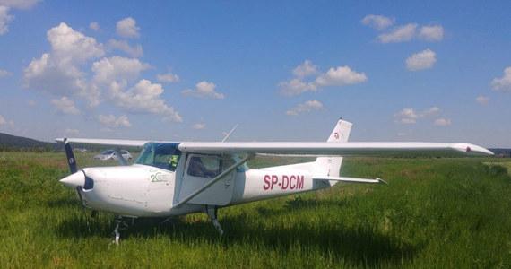 Samolot szkoleniowy Cessna 152 lądował dziś awaryjnie w okolicach Daleszyc (woj. świętokrzyskie). Pilot nie odniósł żadnych obrażeń.