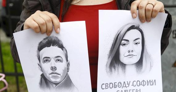 """""""Nie wińcie Romy"""" - pisze Sofia Sapiega w listach do mamy, których fragmenty publikuje BBC. Dziewczyna Ramana Pratasiewicza została zatrzymana razem z nim w Mińsku po przymusowym lądowaniu samolotu Ryanair. Od 23 maja przebywa w areszcie."""