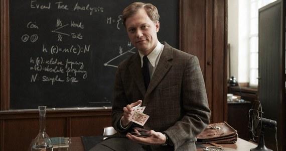 """Polak, wybitny matematyk, twórca amerykańskiej bomby wodorowej, Stanisław Ulam, jest bohaterem filmu """"Geniusze"""". Międzynarodowa produkcja miała światową premierę na festiwalu w Palm Springs. 11 czerwca wejdzie do polskich kin. Naukowca, który stał się jednym z pionierów ery nuklearnej, gra Philippe Tłokiński. """"To nie tylko matematyk i geniusz, ale też człowiek z fantastycznym życiorysem i bardzo ludzka postać"""" - mówi nam o swoim bohaterze aktor."""