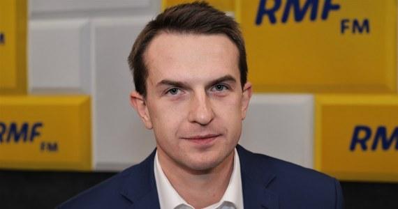 """""""Najgorsze co możemy zrobić na opozycji, to - ręce założywszy - czekać aż ktoś przyjedzie na białym koniu"""" – mówił w Popołudniowej rozmowie w RMF FM, pytany o to, czy czeka na powrót Donalda Tuska do polskiej polityki. Jak dodał przewodniczący Nowoczesnej: """"Trzeba brać się do roboty. (…) Naszym celem nie jest bycie w następnych wyborach największym klubem opozycyjnym, ale wygranie wyborów""""."""