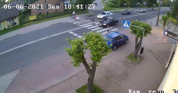 Zatrzymano kierowcę, który w niedzielę na przejściu dla pieszych w Rędzinach pod Częstochową o mało nie zabił kilku przechodzących tam osób, w tym dziecka. 39-latek na przejściu wyprzedzał kolumnę samochodów, które zatrzymały się, żeby przepuścić pieszych.