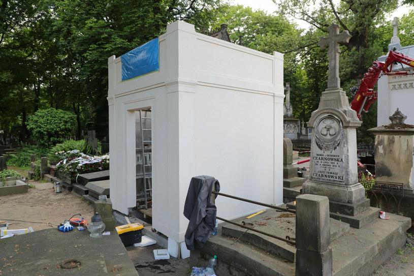 W miejscu symbolicznego pochówku Piotra Woźniaka-Staraka na warszawskich Powązkach powstaje mauzoleum o klasycznej bryle.