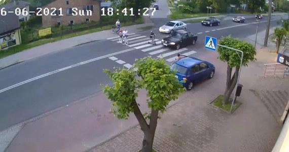 Kierowca, który w niedzielę w Rędzinach o mało nie rozjechał na przejściu grupy pieszych, dziś zostanie przesłuchany. Od wczoraj drogowy pirat jest w policyjnym areszcie. Dzisiejsze przesłuchanie odbędzie się w prokuraturze w Częstochowie.