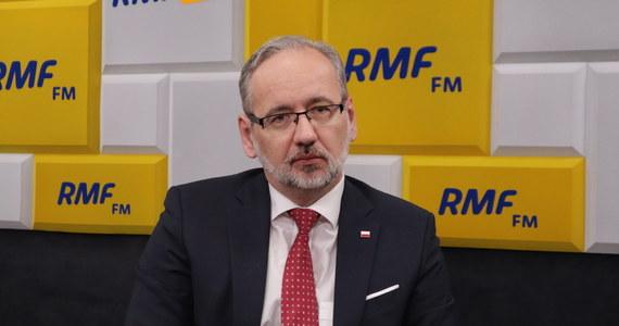 """""""Jestem pod wrażeniem profesjonalizmu"""" – mówi Adam Niedzielski, przyznając w Porannej rozmowie w RMF FM, że nadal jest pod ochroną funkcjonariuszy SOP. """"Niestety, taka sytuacja zaistniała"""" – dodaje minister zdrowia o sytuacji z 21 maja, kiedy to do bloku, w którym mieszka, wtargnęła grupa mężczyzn. """"Tam były groźby regularnego nękania i przychodzenia, potem w kolejnym tygodniu ta grupa przyszła i wykrzykiwała różnego rodzaju hasła"""" – relacjonuje te wydarzenia minister Niedzielski – """"Katalog tych wypowiedzi był bardzo duży. Nie będę się przyczyniał do popularyzowania poglądów, które były tam głoszone"""". """"Sprawa jest w prokuraturze, postępowanie zostało wszczęte, więc teraz czekam na wyniki"""" – dodaje gość Roberta Mazurka."""