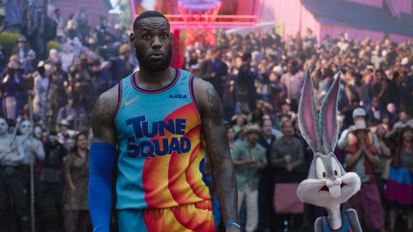 """Film """"Kosmiczny mecz"""" z 1996 roku to był kinowy przebój! Zarówno widzowie, jak i krytycy chwalili pomysł i udział w produkcji gwiazdy NBA, światowej klasy koszykarza Michaela Jordana. Dlaczego obraz """"Kosmiczny mecz: Nowa era"""" nie powtórzył tego sukcesu?"""