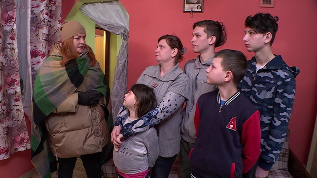 Kierzkówka to mała wieś nieopodal Lublina. W odziedziczonym po babci domu, mieszka pani Sylwia i samotnie wychowuje czworo dzieci: Szymona, Kubę, Mateusza i Julię. Najmłodsza Julka cierpi na epilepsję. Pani Sylwia stara się samodzielnie remontować dom, ale ze względu na sytuację finansową nie jest w stanie sama zmierzyć się z największym problemem budynku – brakiem łazienki. Najstarsi synowie chcieliby się uczyć, ale nie mają do tego warunków, cała czwórka dzieci mieszka w jednym pokoju. Architekt Wojtek Strzelczyk staje przed nie lada wyzwaniem, bo w niewielkim budynku musi znaleźć miejsce na łazienkę i wygospodarować przestrzeń dla wszystkich domowników.