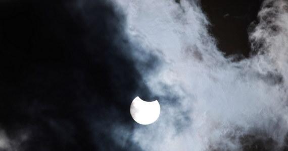 Dzisiaj zaćmienie Słońca. Od południa było częściowo widoczne w Polsce. W różnych miejscach prowadzono obserwacje przy pomocy odpowiednio wyposażonych teleskopów. Ze względów bezpieczeństwa na Słońce można patrzeć tylko poprzez urządzenia z odpowiednimi filtrami.