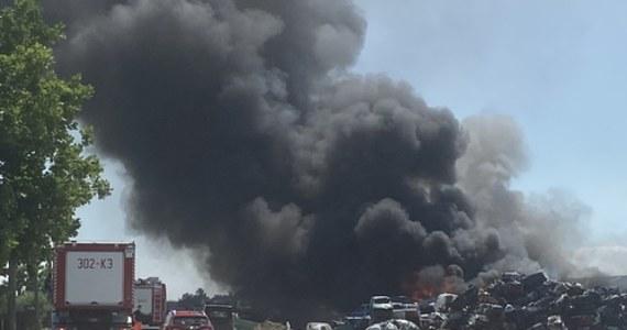 Pożar samochodów w stacji demontażu pojazdów w Stobnie pod Szczecinem. Jedna osoba została ranna. Słup czarnego dymu był widoczny z odległości kilkunastu kilometrów.