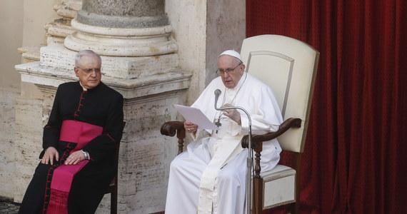"""Papież Franciszek nie przyjął rezygnacji kardynała Reinharda Marxa. Arcybiskup Monachium i Freisingu złożył ją 4 czerwca. """"Oto moja odpowiedź, drogi bracie. Kontynuuj to, co proponujesz, ale jako arcybiskup Monachium i Freisingu"""" – napisał papież Franciszek w liście do hierarchy."""