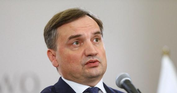 """Parlament Europejski przyjął rezolucję w sprawie tak zwanego mechanizmu warunkowości. Skrytykował w niej Komisję Europejską za to, że nie uruchomiła procedury określonej w rozporządzeniu w sprawie warunkowości w """"najbardziej oczywistych przypadkach naruszeń praworządności w UE"""". """"Rezolucja Parlamentu Europejskiego jest dowodem na to, że problemy z demokracją i praworządnością dotyczą nie Polski, a Unii Europejskiej; jest to akt jawnie antydemokratyczny i niepraworządny"""" - ocenił minister sprawiedliwości i prokurator generalny Zbigniew Ziobro."""