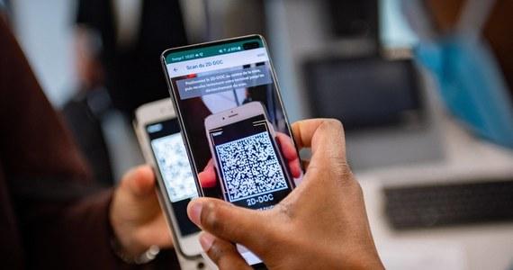 """""""Tylko osoby zaszczepione nie będą wliczane do limitów"""" - uściślił minister zdrowia Adam Niedzielski, pytany, czy wyłączenie z obowiązujących limitów  będzie dotyczyło także ozdrowieńców."""" W czwartek w sklepie Google została udostępniona aplikacja umożliwiająca odczytywanie QR-kodu potwierdzającego posiadanie unijnego certyfikatu Covid-19 UCC"""" – dodał."""