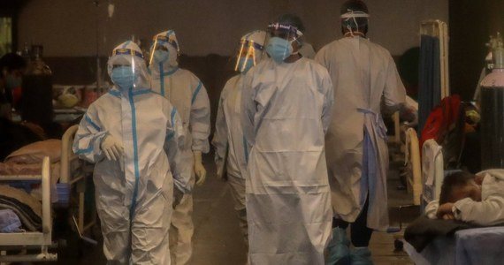 """W ubiegłym tygodniu z powodu koronawirusa zmarło w Surinamie 57 osób. W kraju brakuje łóżek na oddziałach intensywnej terapii, a prezydent kraju wprost mówi, że """"sytuacja wymknęła się spod kontroli"""". Z powodu Covid-19 wprowadzony został w szpitalach czarny kod."""