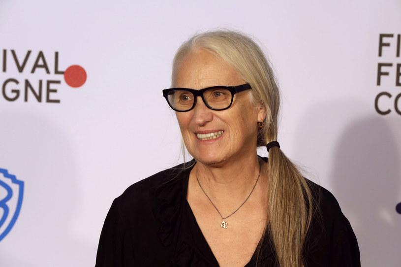 """Jane Campion po dziś dzień pozostaje jedyną reżyserką, która wygrała Złotą Palmę na Festiwalu Filmowym w Cannes. Dokonała tego swoim filmem """"Fortepian"""" z Holly Hunter i Anną Paquin w rolach głównych. Najnowsze dzieło reżyserki pokazane zostanie na tegorocznym festiwalu w Wenecji. Film z Benedictem Cumberbatchem został zatytułowany """"The Power of the Dog""""."""