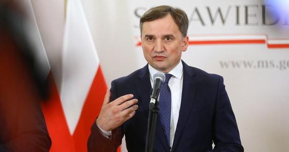 """""""Mam trudne relacje z premierem Mateuszem Morawieckim, nie zawsze nam po drodze, ale w tym wypadku bronię go z głębokim przekonaniem, że postąpił słusznie, odpowiedzialnie, chronił kraj przed anarchią"""" - powiedział w Polsat News szef MS Zbigniew Ziobro pytany o wybory korespondencyjne i raport NIK w tej sprawie."""