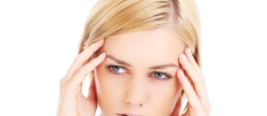 Lekarze i naukowcy wciąż badają wpływ infekcji covidowej na organizm. Zdążyliśmy już zaobserwować, że wielu chorych wśród licznych objawów wykazuje symptomy zaburzeń neurologicznych. Osoby, które przechowywały Covid-19 uskarżają się na zespół objawów, które potocznie określa się mgłą mózgową. Czym jest to zjawisko oraz jak je niwelować – tłumaczy dr Olga Milczarek – neurolog z Collegium Medicum w Krakowie.
