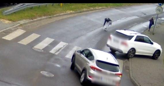 Niebezpieczna sytuacja na przejściu dla pieszych w Łukowie w woj. lubelskim. Kierowca potrącił przechodzącego 17-latka. Zdarzenie zarejestrowały kamery miejskiego monitoringu.