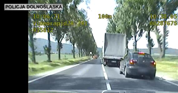 Cztery zarzuty usłyszał 45-latek, którego wczoraj ścigała policja na Dolnym Śląsku. Podczas pościgu padły strzały. Kierowca - jak się okazało - miał w organizmie ponad 2,5 promila alkoholu.