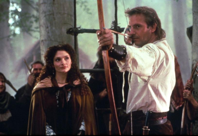 """W 1991 roku Kevin Costner był na szczycie. Właśnie otrzymał dwa Oscary za """"Tańczącego z wilkami"""". Uchodził za jedną z najbardziej kasowych amerykańskich gwiazd. Jeszcze podczas prac nad swoim westernem rozpoczął zdjęcia do """"Robin Hooda: Księcia złodziei"""". Plotki z planu mówiły o jego konflikcie z reżyserem i nieudanym podejściu do postaci. Natomiast po premierze miłość widzów skradł mu kolega z planu. 14 czerwca 2021 roku mija 30 lat od premiery filmu."""