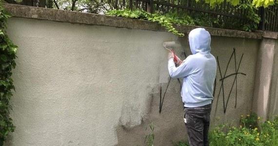 Trzej oświęcimianie, którzy zdewastowali mur kirkutu w swoim mieście, w ramach resocjalizacji odmalowali ogrodzenie i uporządkowali park Pamięci Wielkiej Synagogi. Jak poinformowało oświęcimskie Centrum Żydowskie, do zdarzenia doszło zimą. Mężczyźni na murze umieścili m.in. nazistowskie symbole.