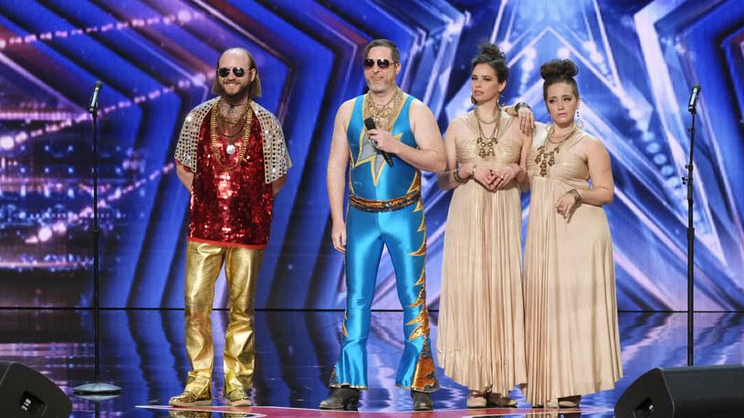"""Johnny Showcase & The Mystic Ticket zaskoczyli jurorów """"Mam talent"""". Kolorowy zespół wykonał własny utwór i bezproblemowo awansował do kolejnego etapu programu."""