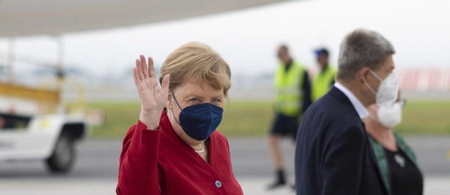 """Kanclerz Niemiec Angela Merkel zapowiedziała, że jesienią przeprowadzone zostaną """"szczepienia odświeżające"""" przeciwko Covid-19 dla osób starszych, które jako pierwsze otrzymały szczepionkę na koronawirusa. """"Mamy przed sobą lato, które daje wiele możliwości, ale nie możemy być beztroscy, musimy bardzo uważnie przyglądać się sytuacji"""" – podkreśliła."""