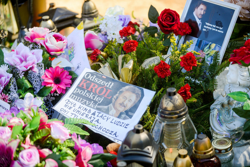 W dniu 75. rocznicy urodzin Krzysztofa Krawczyka jego pamięć uczcili najbliżsi, rodzina, przyjaciele i fani. Kto pojawił się na cmentarzu i na mszy św. w Grotnikach, gdzie pochowany jest popularny wokalista?