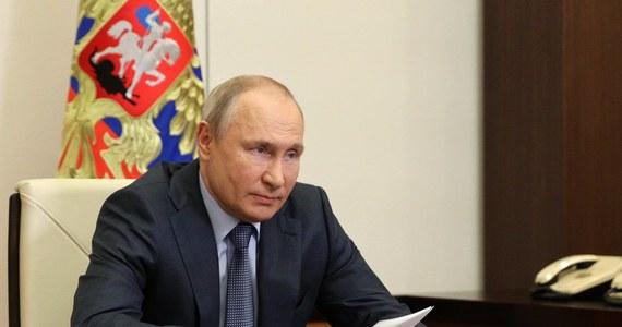 """Władimir Putin odpowiada Joe Bidenowi, który użył w odniesieniu do niego określenia """"zabójca"""". W wywiadzie dla NBC, który wyemitowany zostanie w poniedziałek, prezydent Rosji stwierdził, że słowo """"zabójca"""" rozumie jako synonim """"hollywoodzkiego macho"""". Dopytywany o niektórych swoich przeciwników zabitych w ostatnich latach, Putin się zdenerwował: """"To wygląda na jakiś rodzaj niestrawności""""."""